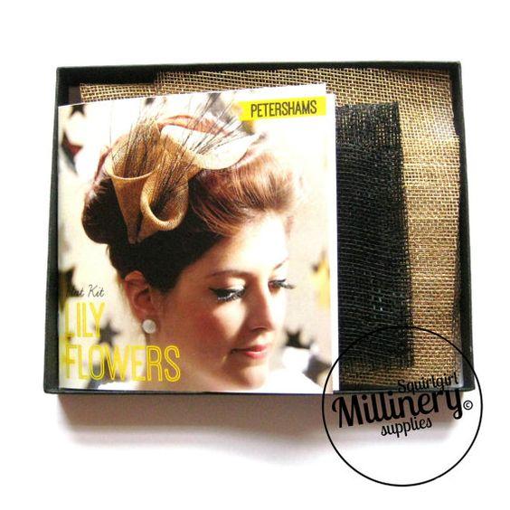 Deze hoed kit heeft alles wat die u nodig hebt om te maken een prachtige Lily bloem fascinator!  De instructieboekje begeleidt u van begin tot eind met gemakkelijk te volgen richtingen en kleur van fotos. Dit is geschikt voor beginners die willen hun eigen hoed voor een bruiloft, bachelorette / kip partij of als u gewoon op zoek bent om uw vaardigheden in het modevak.  Kit bevat: -Sinamay -Lint met hoofdband -Instructie boekje  U zult (niet inbegrepen): -Naald, draad en stiften -Schaar  Deze…