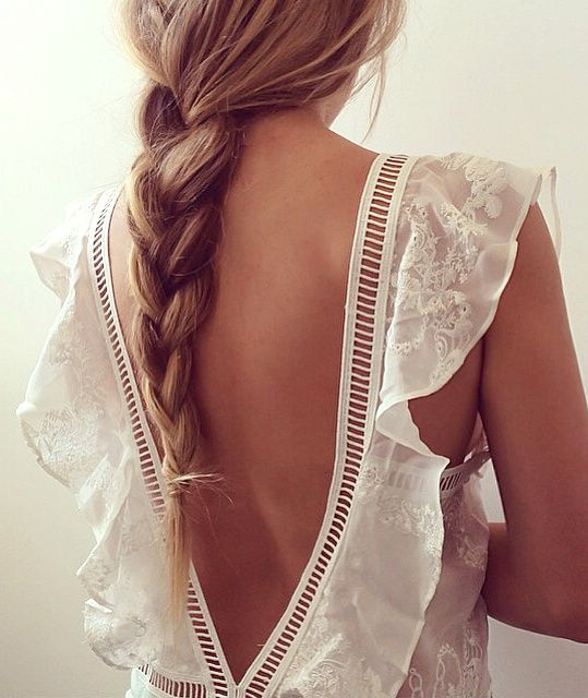 Délicat et finement vintage, le dos nu de cette longue robe blanche a tout pour plaire ! (robe For Love & Lemons)