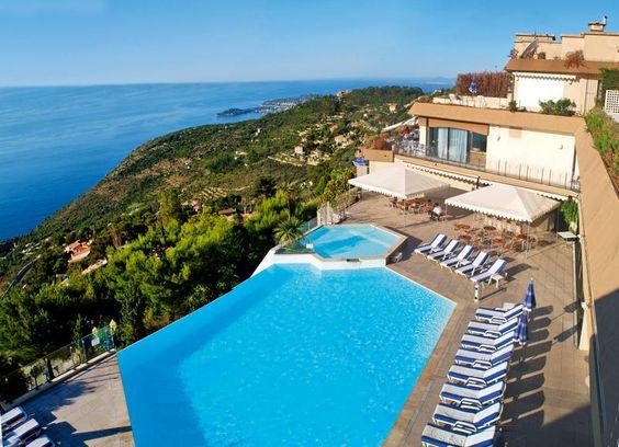 Het comfortabele viersterrenhotel Les Terrasses d'Èze bevindt zich op ca. 400 m hoogte, op ca. 1 km van Èze Village en op een boogscheut van Monaco en Nice. Hotel Les Terrasses d'Èze geniet een rustige, geïsoleerde ligging op de Moyenne Corniche en biedt een schitterend uitzicht op de zee, Beaulieu en Saint-Jean-Cap-Ferrat. Officiële categorie ****