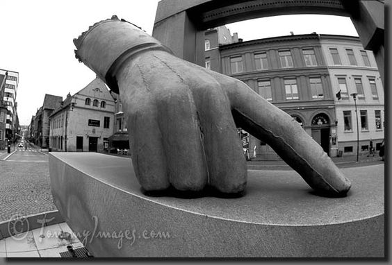 modern sculptures of hands | ... Photos Home » Norway Photos » Oslo » Picture: Giant hand sculpture