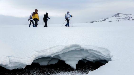 L'Islande (en islandais Ísland, littéralement « terre de glace »), parfois appelée République d'Islande , est un État insulaire de l'océan Atlantique Nord, situé entre le Groenland et l'Écosse, au nord-ouest des îles Féroé.  Elle se trouve sur la dorsale médio-atlantique séparant les plaques tectoniques eurasienne et nord-américaine et compte ainsi de nombreux volcans.