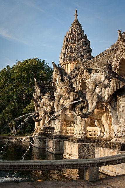 Fontaine-éléphant dans la capitale impériale de Turandot. https://turandoscope.wordpress.com/2016/09/10/17-la-capitale-imperiale/