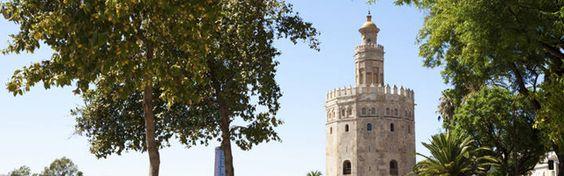 Los 10 mejores monumentos árabes de España - La Opinión de Tenerife- La torre del Oro de Sevilla - Esta torre de origen árabe ha sido reconstruida en varias ocasiones. Originalmente tenía una función defensiva, ya que formaba de un tramo de muralla defendían el Alcázar de la ciudad. Tras ser reconquistada Sevilla, albergó una capilla e incluso fue cárcel. Recibe el nombre de Torre del Oro por el color de su reflejo sobre el río Guadalquivir, junto al que se levanta.