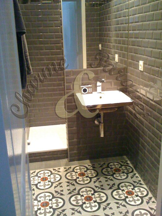 Sol de salle de bain en carreaux de ciment salle de bain pinterest salle de bains id es for Idee salle de bain carreau ciment