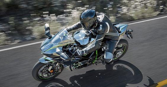 Segundo a Kawasaki, a postura de pilotagem é ligeiramente mais relaxada na Ninja H2 do que na ZX-10R