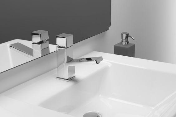 El grifo bloc, cuidada geometría, con formas ante las que es difícil quedar indiferente. De espíritu minimalista, sorprende el contraste entre el dinamismo del caño y la sobriedad del cuerpo.