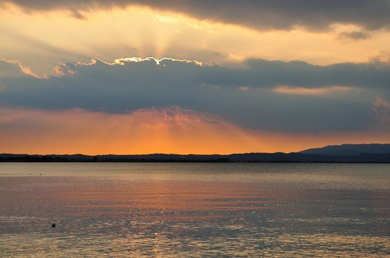 Giochi di colori al tramonto a #CastelnuovoDelGarda.  #LagoDiGarda #VisitLagoDiGarda #TramontiLagoDiGarda #TramontiSulGarda #LakeGarda #Gardasee #Gardameer #Gardasøen #GardaLake