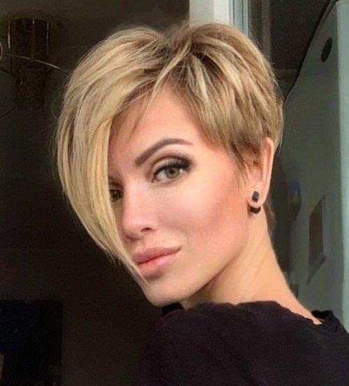 Красивая ухоженная женская стрижка решает многое, если не все во внешнем образе милых дам. Они могут позволить себе надеть растянутую футболку и потрепанные джинсы, но если при этом у них ухоженные волосы, то несомненно все взгляды будут прикованы к таким женщинам. С возрастом мы замечаем, как некогда блестящие густые волосы становятся тусклыми, безжизненными, потерявшими прежний объем. И в таком случае на выручку приходят стрижки. Но не абы какие, а омолаживающие, мгновенно преображающие и дела