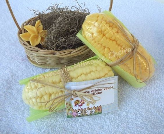 Sabonete em formato de milho verde Via com tag  Medidas em torno de 10cm x 3cm peso 95 gramas  Pedido mínimo 10 unidades R$ 8,30