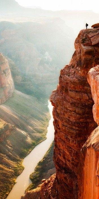 Na beira do penhasco no Grand Canyon, acima do Rio Colorado River no Arizona, EUA