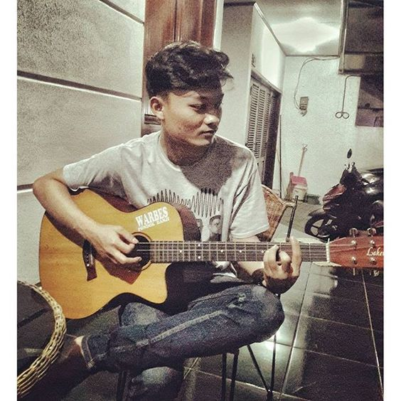 hafidztaftazani/2016/09/15 09:33:15/Serius amat bang(?) #guitar #guitaracoustic #lakewood #alone #pose #arcticmonkeys #alexturner #song #insta #instagram #photo #photographer #band #cover #instaphoto