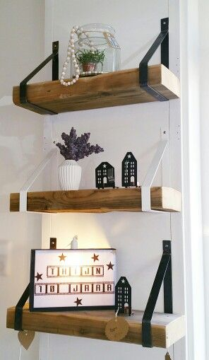 Robuuste wandplanken van oude plafondbalken met stalen dragers.: