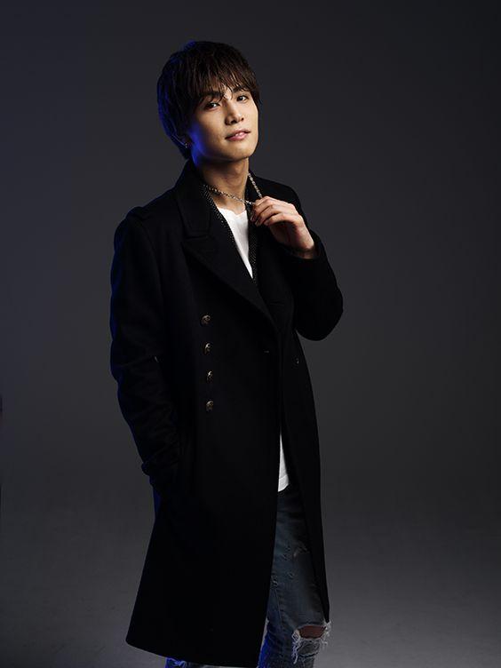 黒い格好の岩田剛典