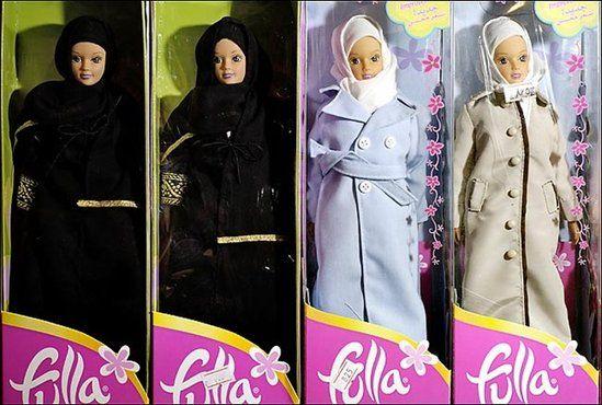"""Conheça a Fulla, versão islâmica da Barbie produzida para suprir as necessidades das crianças criadas dentro da cultura mulçumana e que não permite o padrão e """"costumes"""" ocidentais da doll americana."""