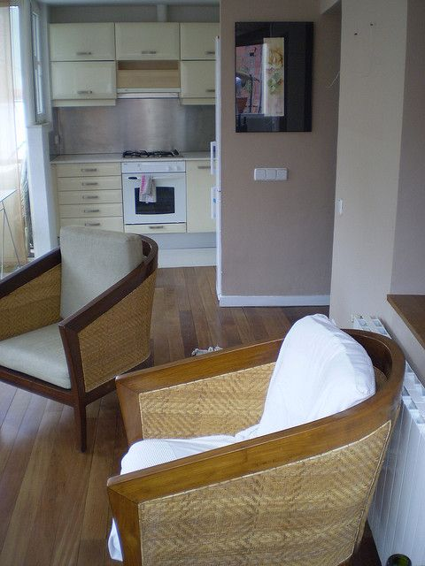 cocina americana vista desde el salón. calefacción a gas. aire acondicionado / open kitchen. Air conditioned. by aliciaenflickr, via Flickr