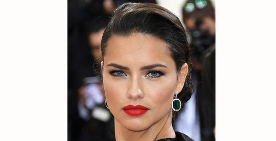 Vermelho também foi a escolha de Adriana Lima, que deixou seus lábios carnudos em evidência com o tom: