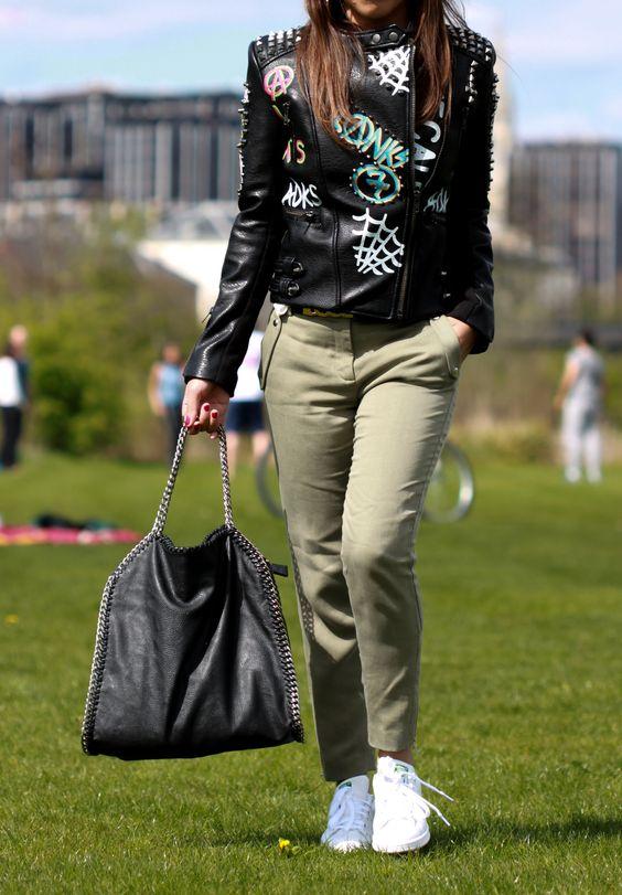 pantalon kaki, baskets blanches, stan smith adidas, veste biker, perfecto, chic décontracté look