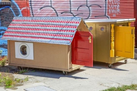 Artista cria mini casas para moradores de rua com materiais vindos do lixo. Veja que lindas as criações!