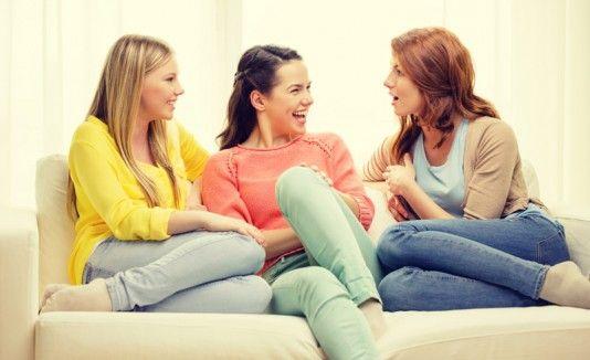Resultado de imagen para mujeres conversando
