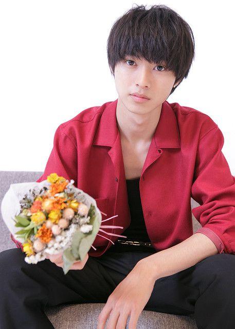 花束を持っている山崎賢人