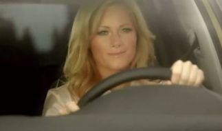 Helene gibt Gas: In ihrem neusten TV-Spot mimt Helene Fischer für VW die sexy Rennfahrerin und wirbt für ihre ganz persönliche Sonderedition. Und das sogar mit Atemlos-Bonus.
