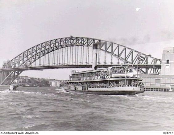 1940-10-18. SYDNEY - QUEENSLAND TROOPS OF THE 2ND ANTI TANK REGIMENT ON THEIR WAY BY FERRY FROM THE TRAINS TO THE TRANSPORTS. ARMY. EMBARKATION Source Aust War Memorial