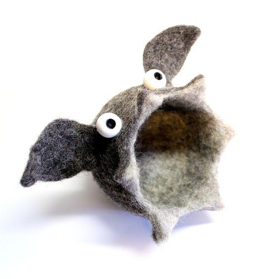 * ChirOOOOptera, der Fledermaus-Kleinkramfresser wurde domestiziert.* Genauso praktisch, genauso liebenswert wie ihre Artverwandten, jedoch mit einer kleinen Fledermausohren-Einkreuzung! ChirOOOOptera, bewacht alles was man ihr zu fressen gibt!