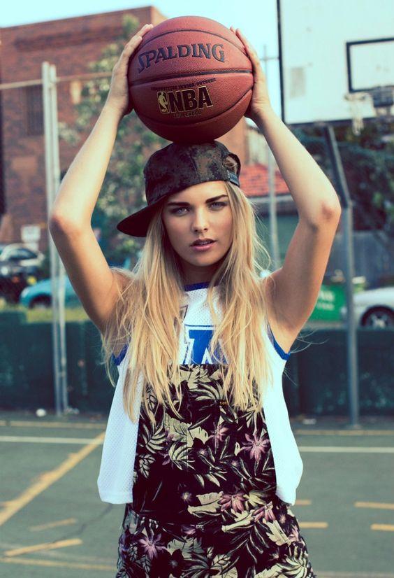 金髪の女性がボールを持つ
