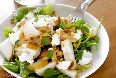 Peer - geitenkaas salade met honing, amandel en oregano