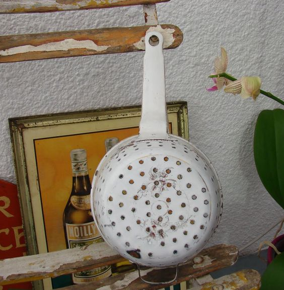 ANCIEN PASSOIRE TOLE EMAILLEE FLEURS ANTIQUE FRENCH ENAMELWARE SIEVE STRAINER