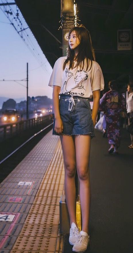 白いトップスにショートパンツスタイルのホームに立っている熊江琉唯の画像