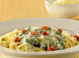 """Prática e rápida, a receita de <a href=""""http://mdemulher.abril.com.br/culinaria/receitas/receita-de-espaguete-creme-espinafre-592510.shtml"""" target=""""_blank"""">espaguete com creme de espinafre</a> é ótima para aquele almoço sem muito tempo de preparo!"""
