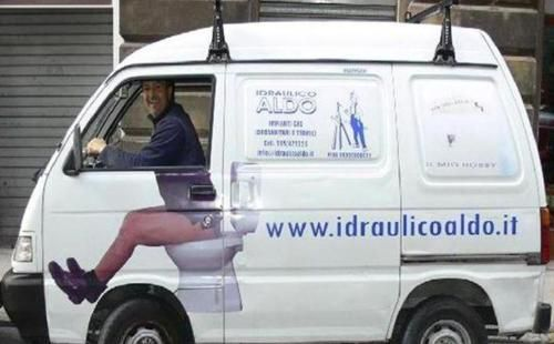 """Idraulico Aldo, sul suo sito si legge: """"La professione, la costanza e la grande pubblicità... hanno fatto il successo di questa piccola ma grande impresa"""". http://www.idraulicoaldo.it"""