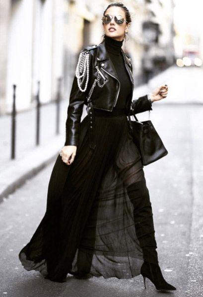 Alessandra Ambrosio fez um mix de tecidos leves com pesados e investiu em acessórios chamativos. Clique no post para comprar. #alessandraambrosio #botas #totalblack #allblack #celebridades #estilo #moda #look #streetstyle