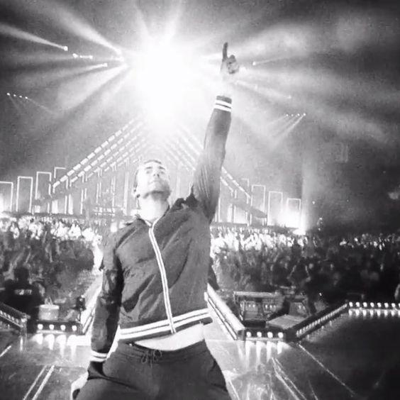 Pin for Later: Adam Levine zieht blank im neuen Video von Maroon 5