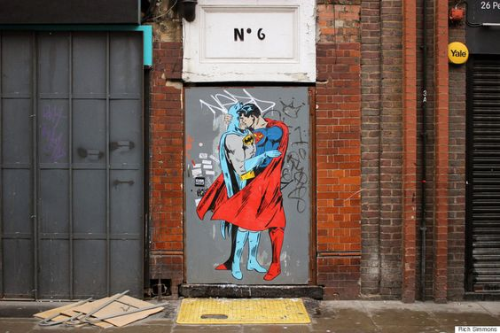 Batman e Superman se beijam pela igualdade em Nova York