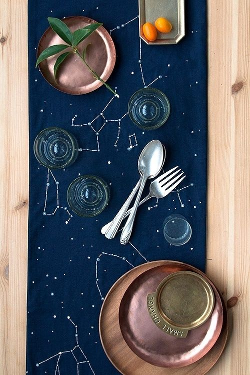 Que tal ter uma toalha de mesa da sua constelação favorita? Escolha um pano azul marinho ou violetado, faça pontos com caneta branca permanente e ligue os ponto com uma régua. <3 #DIY #FaçaVocêMesmo #madeiramadeira