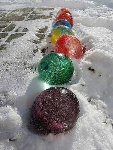 Remplir une balloune d'eau, mettre du colorant et mettre dehors pour congeler, ensuite péter la balloune! Belles decos de Noel!