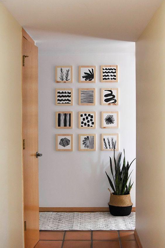 licht houten fotolijstjes als muurdecoratie met zwart witte afbeeldingen erin