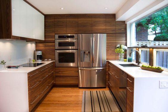 cuisine en U en bois et blanc et triangle d'activité évier-frigo-zone de cuisson