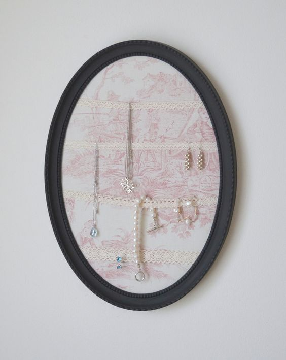 cadre ovale porte bijoux noir fond tissu toile de jouy rose ruban passementerie. Black Bedroom Furniture Sets. Home Design Ideas