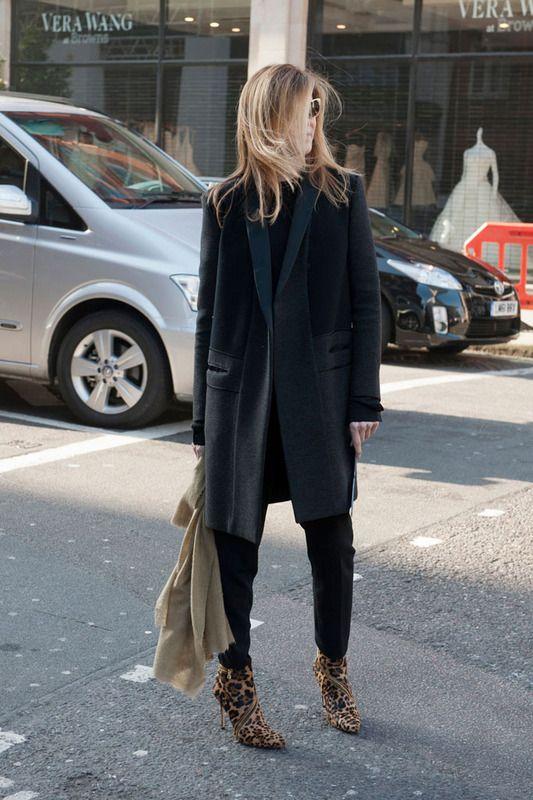 Abrigo oversize de esencia masculina. Pitillos negros y botines animal print completan un street style sencillo y acertado.