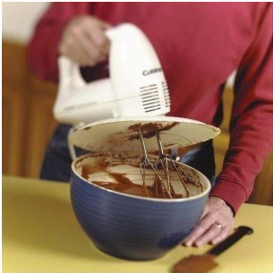Use um prato de papel encaixado na batedeira para se proteger da massa. Pode ser bem improvisado mesmo, tipo isso: