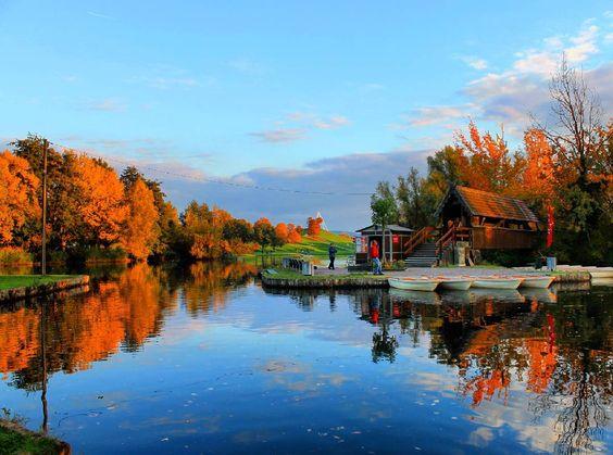 Was für ein herrlicher #Herbsttag heute! Hier ein #Bild aus der Günther-Klotz-Anlage von einem traumhaften #Spaziergang. Im #Hintergrund #MountKlotz  What a beautiful #autumn #day today in #Karlsruhe. #visitbawu #visitkarlsruhe #bwjetzt #visitgermany #travel #Herbst #see #lake #colourful #bluesky #germanytourism #igerskarlsruhe