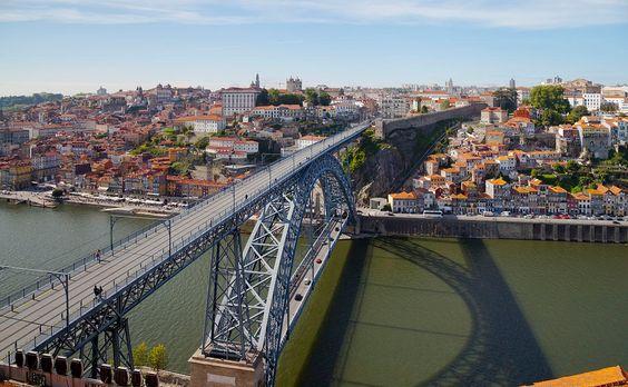 El puente Luís I es un puente sobre el río Duero que une Oporto con Vila Nova de Gaia, Portugal.