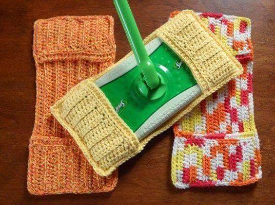 J'adore l'idée ! Ces torchons en coton sont si populaires, qu'installés sur votre vadrouille, ils doivent faire des miracles !  Tricoteuses, voici les technicalités pour réaliser le tout:  Au tricot: monter 42 mailles avec des aiguilles no. 4,5mm. Rg1: tricoter à l'endroit Rg2: tricoter à l'envers Rg3: tricoter à l'envers Rg4: tricoter à l'endroit ainsi de suite pour une hauteur de 4 pouces. on arrête les mailles  Monter 14 mailles et faire le même patron que ci-haut. On arrête les mailles…