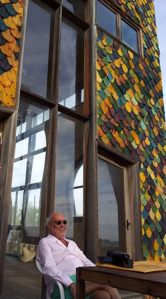 Come Gaetano Pesce, che nel progetto della Casa di Bahia, oltre a immaginare muri in gomma capaci di vibrare come le onde del mare, decide di sostituire nella lavorazione del caucciù la repellente ammoniaca con sciroppo di ginepro. L'esperimento è limitato a un espediente tecnico, per rimediare a un semplice fastidio olfattivo, ma genera comunque nuove esperienze sensoriali all'abitante che vivrà la casa. In tal senso, è sicuramente più interessante verificare la determinazione di un luogo attra