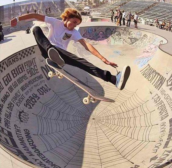 空を飛んでいるようなスケートボード