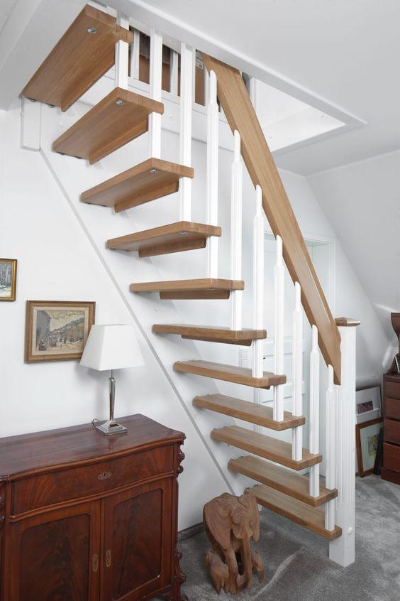 Gerade freitragende treppe als raumspartreppe gebaut; stufen und ...