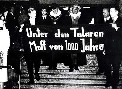 Es ist eine der bekanntesten Szenen aus der Studentenrevolte der sechziger...